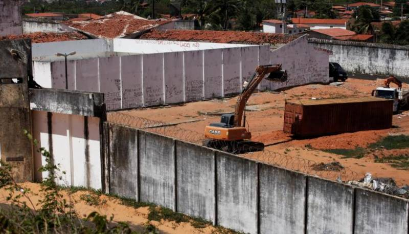 Brazil builds wall to quell deadly prison clashes