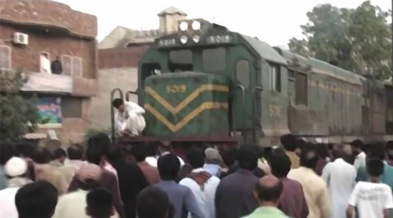 2 love birds commit suicide by jumping in front of train in Gujranwala
