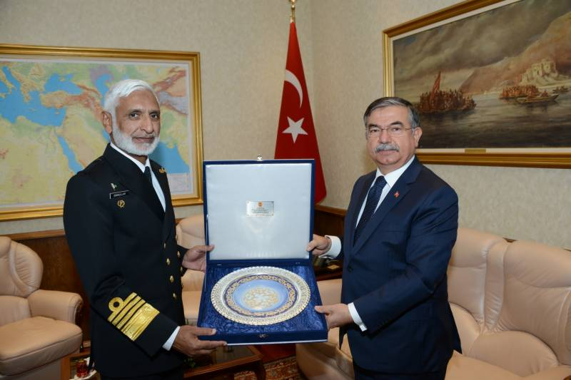 Turkish Navy chief meets his Pakistani counterpart