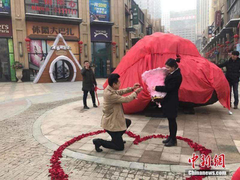 Man proposed girlfriend presenting 33 tons 'meteorite'