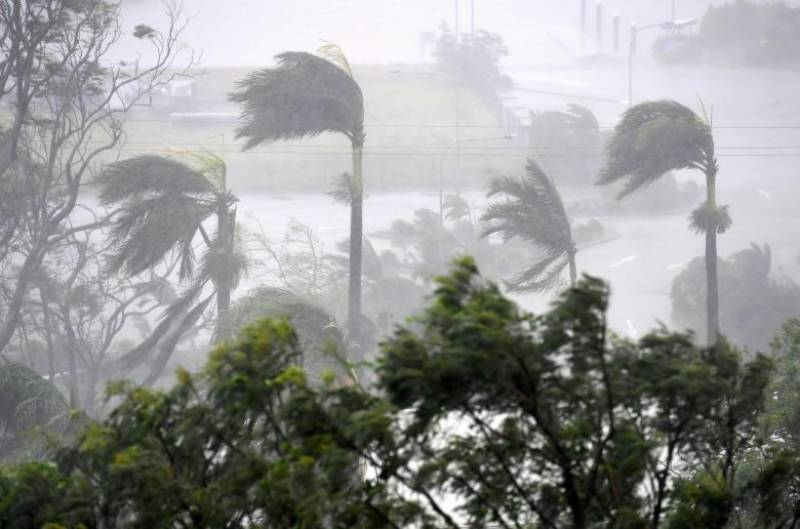 Powerful cyclone Debbie lashes Australian coastal resorts