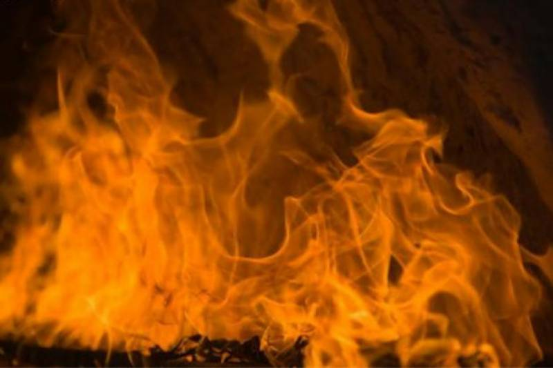Massive fire engulfs shoe factory in Lahore