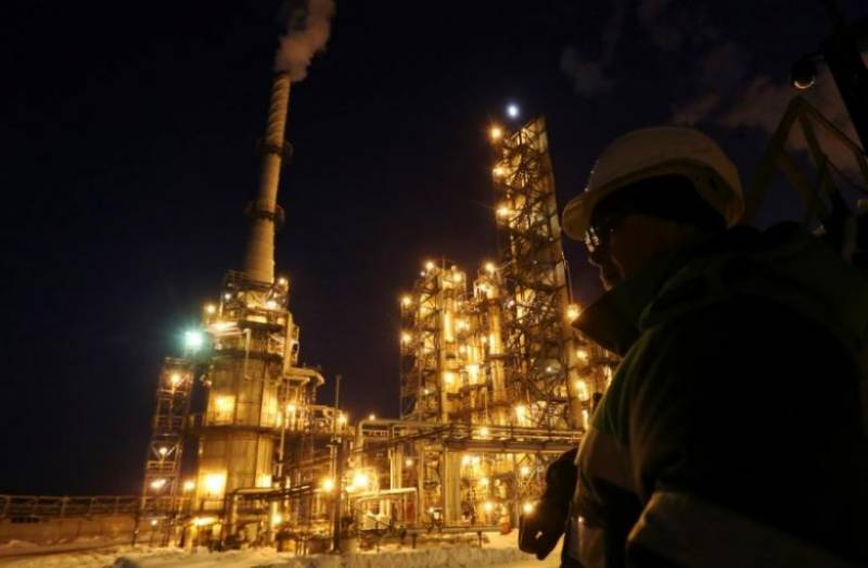 Oil slips despite talk of supply cuts