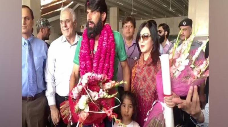 Misbah warmly welcomed on his arrival at Lahore airport