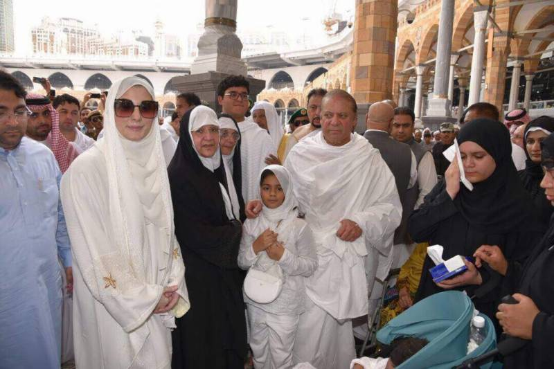 Watch: PM Nawaz and Maryam in Haram e Makki
