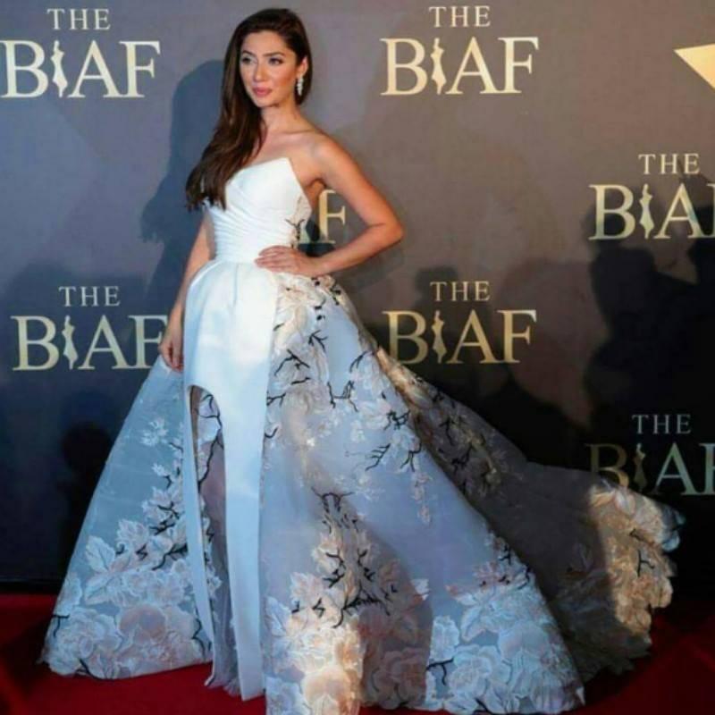 Stunning Mahira Khan receives two awards at BIAF