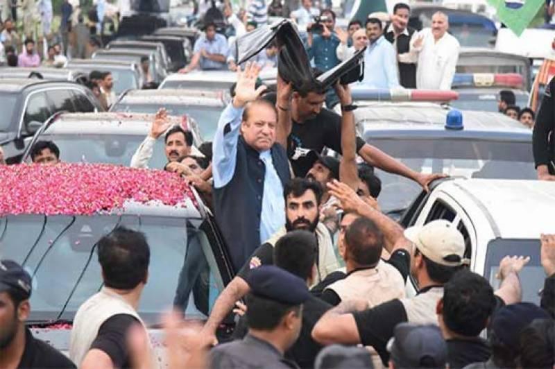 Nawaz Sharif's convoy passes through Dina, en route to Jhelum