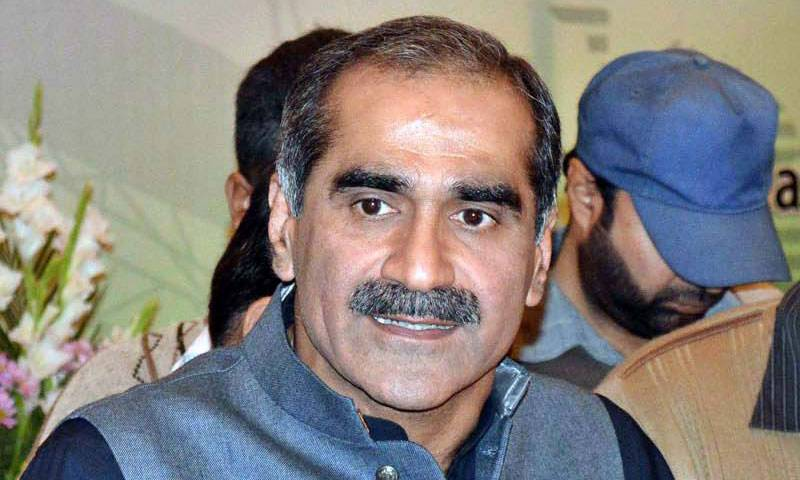Saad Rafique topples down from car roof during Nawaz rally
