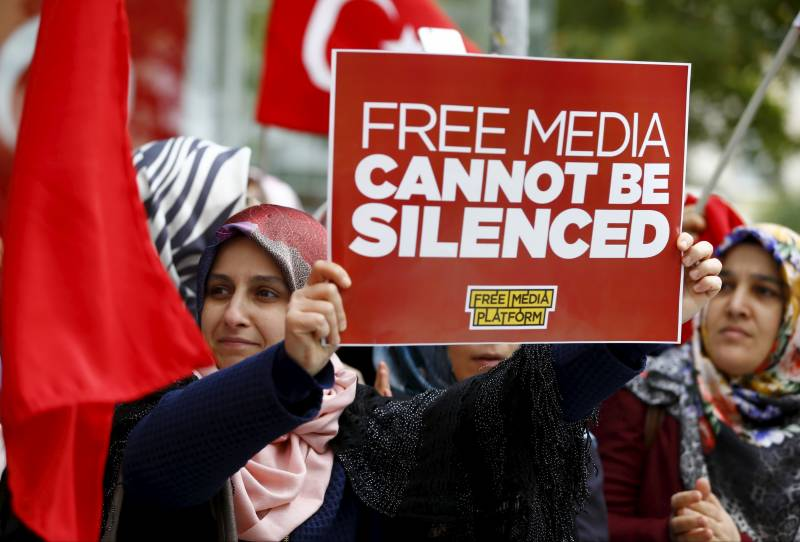 Turkey seeks arrest of 35 media workers over alleged Gulen links