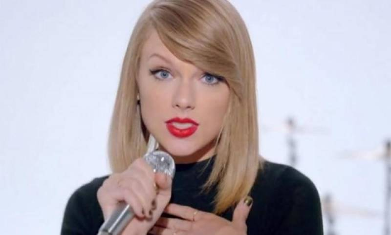 Taylor Swift leaves fans into frenzy on social media