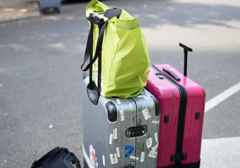 Thief suitcase robs bus baggage in Paris
