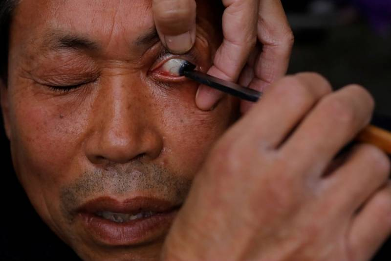 Chinese barber offers eyelid shaves