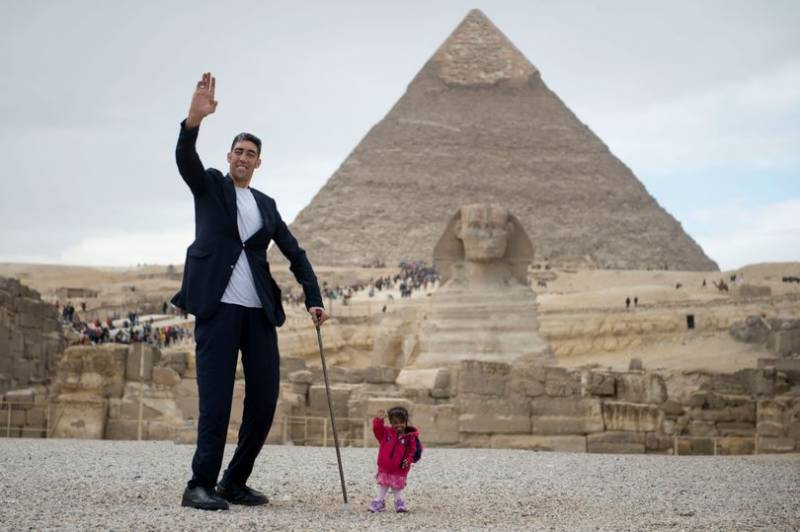 Look! world's tallest, shortest persons together for incredible photoshoot in Egypt