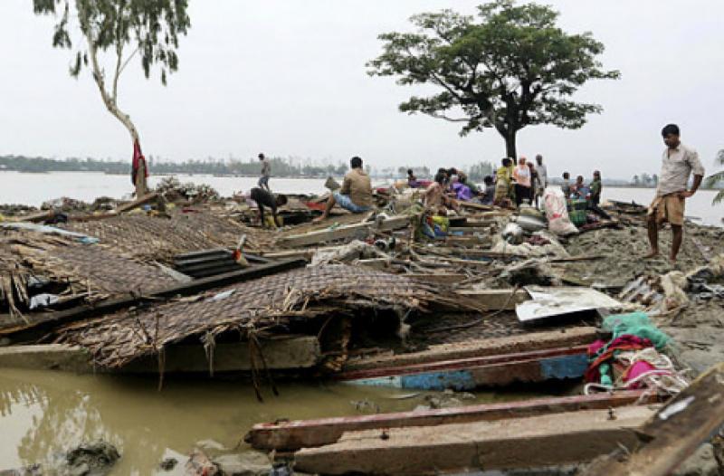 Cyclone Titli batters eastern India, 300,000 evacuated