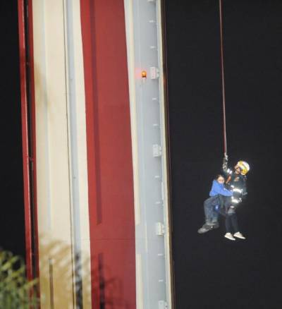 California ride stuck 100 feet high, 21 people rescued