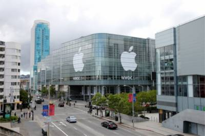 Apple chief pay reduces after company misses sales targets