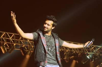 Bravo Atif Aslam! For rescuing girl being harassed at concert