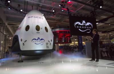 SpaceX to send first paying tourists around moon