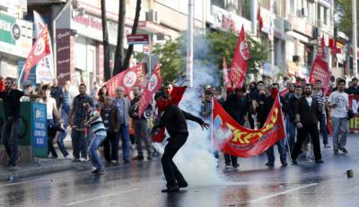 Protesters hoist Turkish flag at Istanbul Dutch consulate