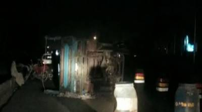 Karachi: three injured in truck-trailer collision