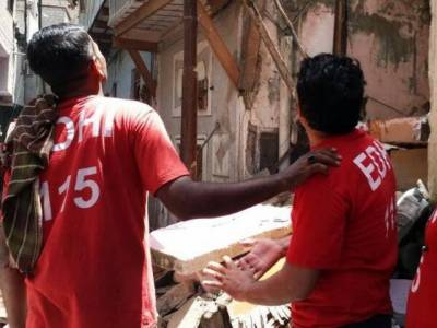 Karachi: Casualties feared as building collapses