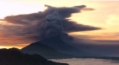 Thousands flee as Bali raises volcano alert to highest level