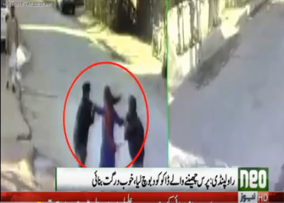 Watch: brave woman beats up robbers in Rawalpindi