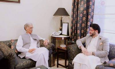 Pervaiz Khattak recommends Afridi for presidential award