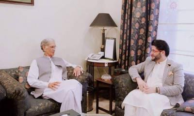 Pervaiz Khattak recommends Afridi for presidential award