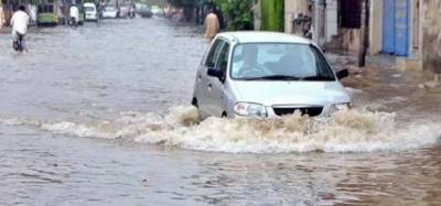 Roads inundated as heavy rain lashes Lahore