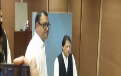 Watch: Imran Khan borrows waistcoat from NA employee for picture