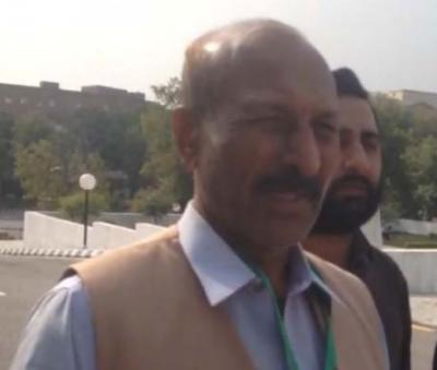 Alleged land grabber Mansha Bomb presents himself to SC for arrest