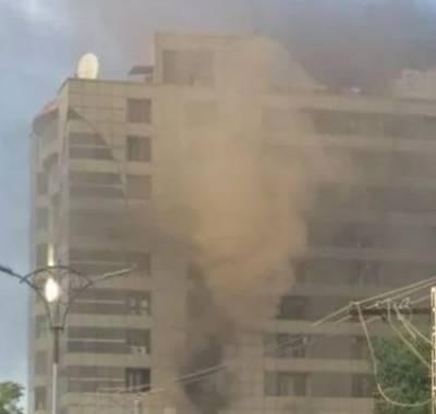 Man dies after jumping off burning building on Karachi's University Road