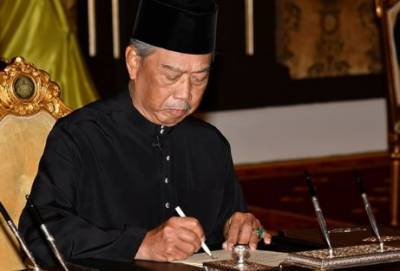 Malaysia's new PM sworn in amid crisis, Mahathir fights on