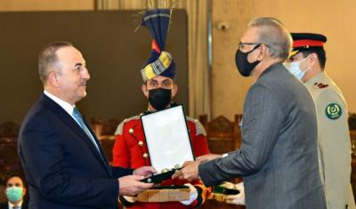 President Alvi confers Hilal-e-Pakistan on Turkish FM Mevlut Cavusoglu